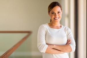 mulher com os braços cruzados em seu apartamento foto