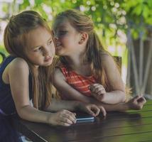crianças meninas senhoras em um café com um tablet