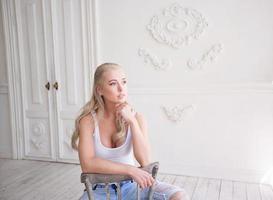 linda mulher sentada na sala