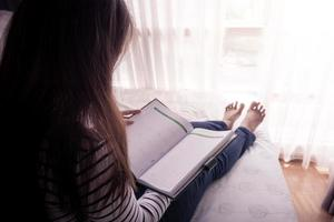 mãos femininas segurando livro aberto