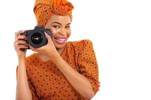 garota africana segurando uma câmera digital foto
