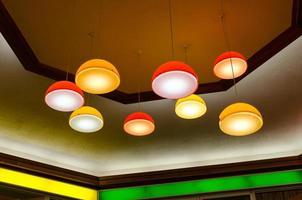 luminárias pendentes de meados do século em shopping