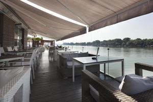terraço do café à beira do rio foto