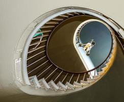 escadas em espiral para quartos superiores e salões