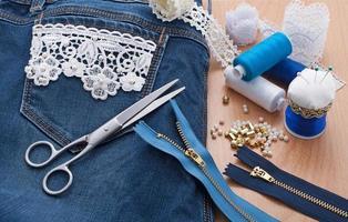 decoração de rendas e contas de jeans foto