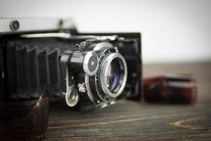 câmera velha na mesa de madeira