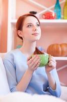 d garota de blusa azul com copa verde foto