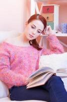 garota de suéter rosa com livro foto