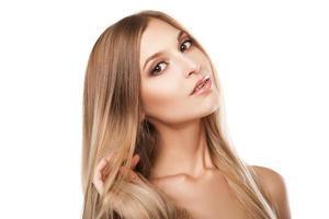 mulher com cabelos louros compridos e lisos isolados foto