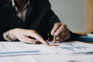 empresários usando gráficos