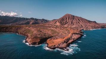 formação de rocha marrom no mar foto