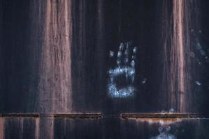 impressão de mão branca na parede de madeira marrom