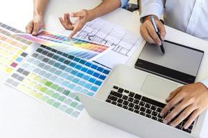 equipe de designers gráficos trabalhando juntos