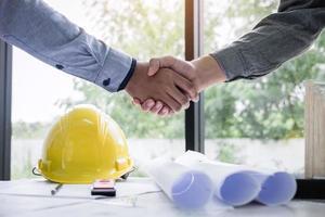 engenheiros de construção apertam as mãos