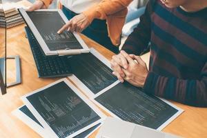 programadores de desenvolvimento se reúnem para discutir tecnologia de codificação