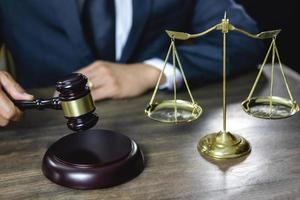 advogado com martelo de madeira