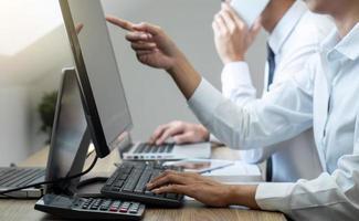 equipe de corretores de ações de negociação de investimentos tendo uma consulta