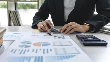 contador de negócios trabalhando em dados financeiros