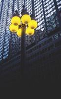 postes de luz perto de arranha-céu