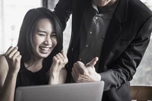empresária animada na frente do computador