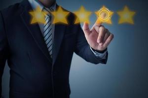empresário apontando para a classificação por estrelas