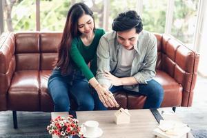 retrato de um casal economizando dinheiro