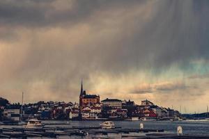 edifícios e mar foto