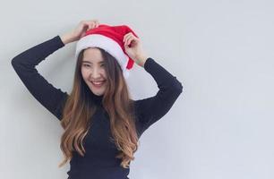 retrato de mulher com chapéu de Papai Noel vermelho