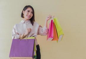 mulher carregando sacolas de compras foto