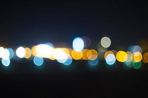 pontos claros desfocados em fundo escuro foto
