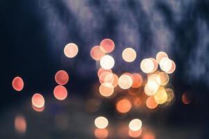 luzes desfocadas em fundo escuro foto