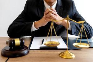advogado trabalhando na mesa