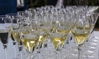 várias taças de champanhe foto