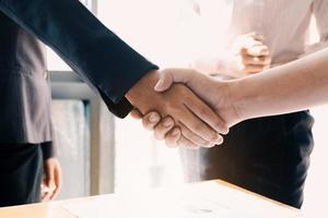 close-up de empresários apertando as mãos foto