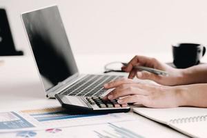 close-up mulher calculando despesas de negócios foto