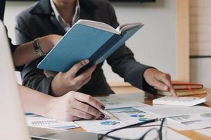 empresários fazendo pesquisas