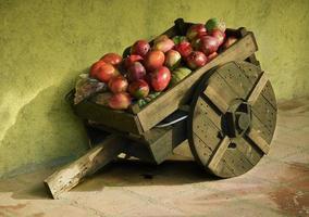 carrinho de frutas de madeira foto