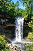 cachoeira durante o dia