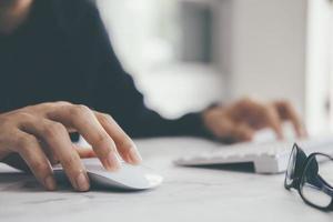 close-up de empresário usando computador foto