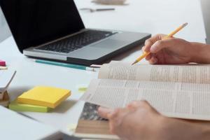 close-up de uma pessoa estudando