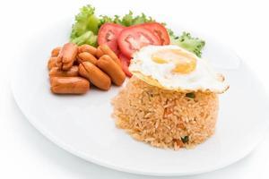 prato com arroz frito e ovo com linguiça e acompanhamentos foto
