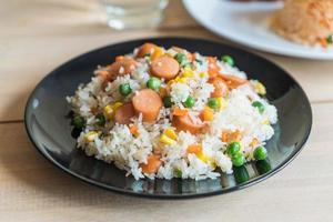 arroz frito com legumes e salsicha foto
