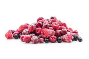 mistura de frutas congeladas em fundo branco foto
