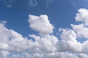 lindo céu azul com nuvens brilhantes foto