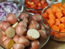 batatas picadas na tigela foto