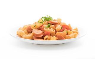 prato de macarrão com salsicha foto