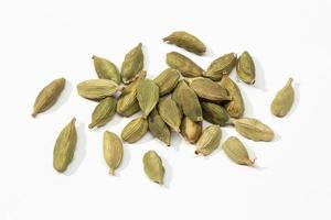 sementes secas de cardamomo em um fundo branco
