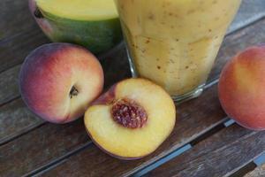 pêssegos em cima da mesa