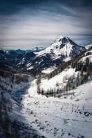 pico da montanha coberto de neve foto