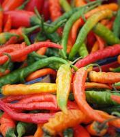 pimentas frescas coloridas foto